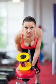 Donna, allenamento con manubri — Foto Stock