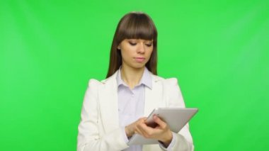 Businesswoman using tablet — Stock Video