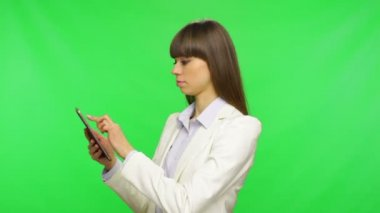 Business woman using tablet — Stock Video