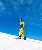 Snowboardzista, przesuwając się w dół wzgórza, — Zdjęcie stockowe