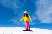 丘の上を滑るスノーボーダー — ストック写真