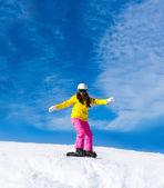 Snowboardzista, przesuwając się w dół wzgórza — Zdjęcie stockowe