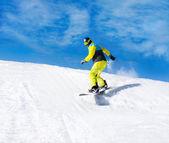 Snowboardista sjíždění kopce — Stock fotografie