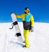 Snowboardzista stojący trzymać snowboardowe — Zdjęcie stockowe