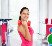 Chica haciendo ejercicios con mancuernas — Foto de Stock