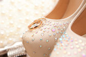 Wedding rings on shoes of the bride — Foto de Stock