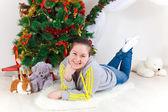 Mulher com uma árvore de ano novo — Fotografia Stock