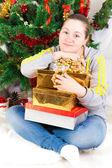 Donna con un albero di Capodanno — Foto Stock