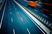 движение грузовых автомобилей на шоссе. — Стоковое фото