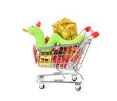 Shopping cart remplissage avec fond de décorations de noël et mignon noël serpent — Photo