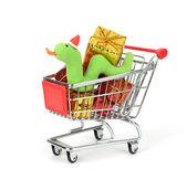 Noel süslemeleri arka plan ve sevimli noel yılan ile alışveriş sepeti doldurun — Stok fotoğraf