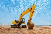 Excavator loader machine during earthmoving works outdoors — Fotografia Stock