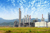 Gas processing factory. landscape with gas and oil industry — 图库照片