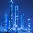 Oil refinery working at night - Zdjęcie stockowe