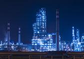 Rafinérie průmyslový závod s kotelní průmyslu v noci — Stock fotografie