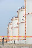 製油所で大きな産業石油タンク — ストック写真