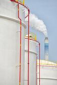 Große industrielle Öltanks in einer Raffinerie — Stockfoto