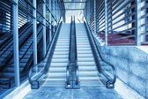 Rulltrappan på modernt businesscenter — Stockfoto