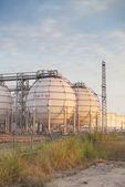 Grote industriële olietanks in een raffinaderij — Foto de Stock