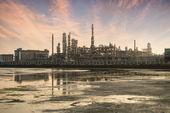 Planta industrial de la refinería con caldera industrial de noche — Foto de Stock