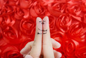 Gelukkige paar in liefde met geschilderde smiley en knuffelen — Stockfoto