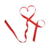 červené srdce stuha izolovaných na bílém pozadí — Stock fotografie