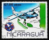 Selo postal nicarágua 1985 aviocar correio avião sobre mapa — Foto Stock