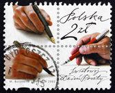 Frimärke polen 2002 handen med pennan — Stockfoto