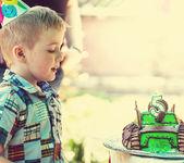 Obchodzi urodziny chłopca — Zdjęcie stockowe
