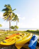 Canoa en la playa de verano — Foto de Stock