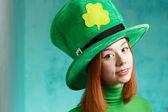 聖パトリックの日のレプラコーンのパーティの帽子の赤い髪の少女 — ストック写真