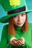 Red hair girl in Saint Patrick's Day leprechaun party hat with g — Stock Photo