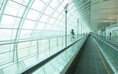 长机场走廊与自动扶梯 — 图库照片