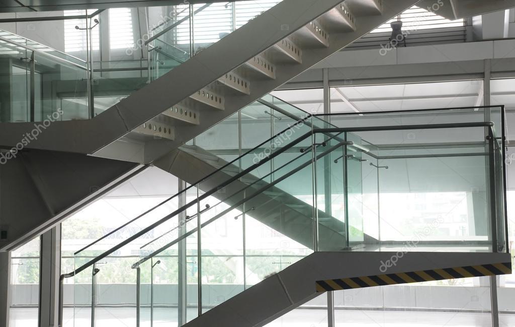 Ouvrez la cage d 39 escalier dans un immeuble de bureaux for Image immeuble moderne