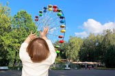 The small girl and Ferris wheel — Stock Photo