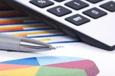 Calculadora e caneta sobre um fundo de negócios — Foto Stock