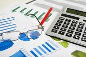 Miniräknare och glasögon — Stockfoto