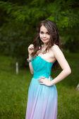 一个漂亮的女孩在树林里的肖像 — 图库照片