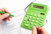 La calculadora de empresario y verde — Foto de Stock