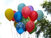 Colorfull globos sobrevolando cielo azul — Foto de Stock