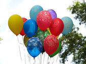 Flygande colorfull ballonger under blå himmel — Stockfoto
