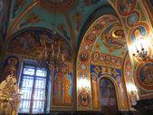 Zlato se procházely vyšňořené interiér pravoslavné církve — Stock fotografie