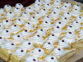 Délicieux gâteaux dans une vitrine — Photo