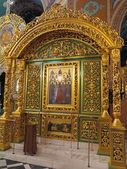 Or orné l'intérieur de l'église orthodoxe — Photo