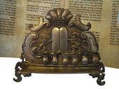 犹太律法滚动和黄金大烛台蜡烛支持 isolat — 图库照片