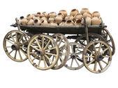 Gamla trä vagn full av lera keramik och hjul isolerade över wh — Stockfoto