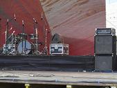 Conjunto de bateria, poderoso alto-falantes, amplificadores e equipamento de palco — Fotografia Stock