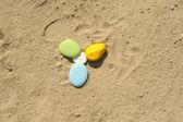 Ghiaia colorata sulla sabbia — Foto Stock