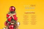 Palle di Natale con neve su sfondo giallo — Foto Stock