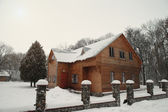 Snowy winter house — Stockfoto